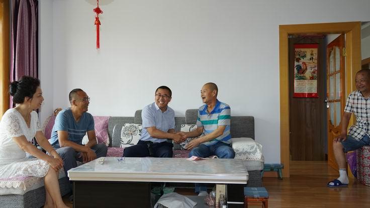 调整大小 副总经理杨晓波看望退休职工范都敏.JPG