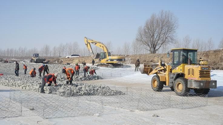 调整大小 石笼组装、运料、填筑、封口等各工序有序进行.JPG