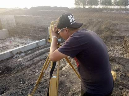调整大小 技术人员现场测量.jpg